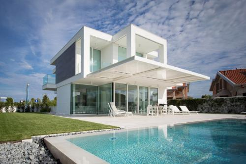 pergole-bioclimatiche-esterni-casa-piscina